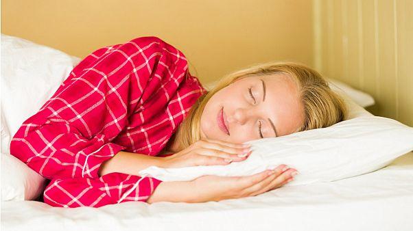 چرا برخی افراد تنها ۴ تا ۶ ساعت در شبانهروز به خواب احتیاج دارند؟