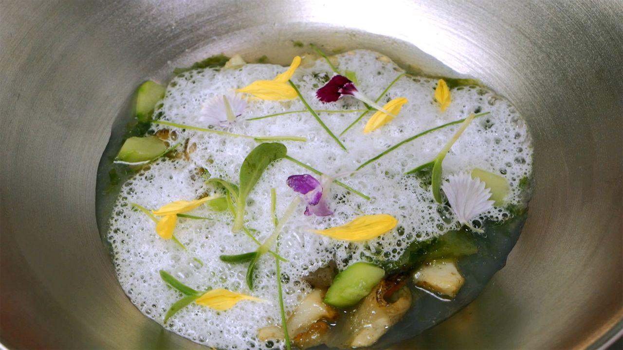 Sopa de konjac y caracol sazae, la receta del chef Thierry Voisin
