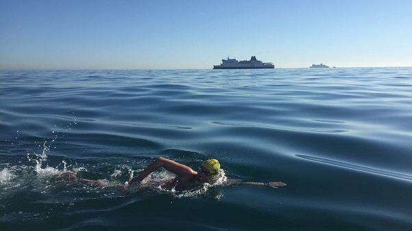 Kanser hastası kadından bir ilk: Manş Denizi'ni hiç durmadan dört kez yüzerek geçti