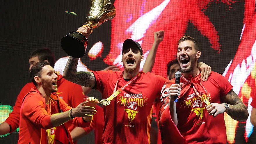 شاهد: الفريق الاسباني لكرة السلة يحتفل مع أنصاره بتتويجه بطلا للعالم