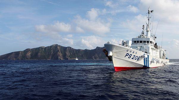 قطعة بحرية تابعة لخفر السواحل الياباني تمخر بإحدى الجزر المتنازع عليها في شرق بحر الصين