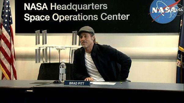 """براد بيت في مقر """"الناسا"""" متحدثاً إلى رائد الفضاء الأميركي"""