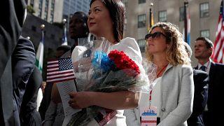 مهاجرون في نيويورك أثناء مراسم حصولهم على الجنسية الأمريكية
