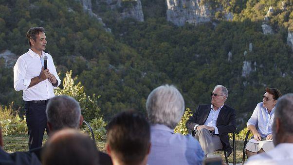 Ο πρωθυπουργός Κυριάκος Μητσοτάκης μιλάει σε κατοίκους κατά τη διάρκεια της επίσκεψής του στη Βίτσα