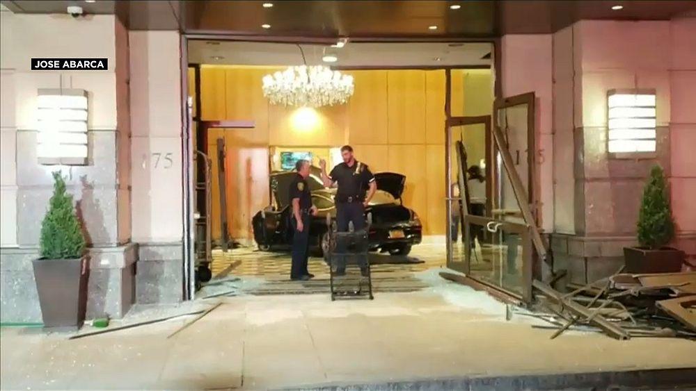 شاهد: سيارة تخترق بهو فندق ترامب بلازا في نيويورك   Euronews