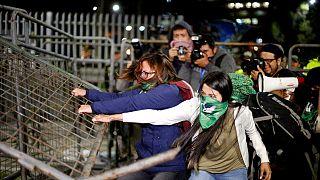 شاهد: مظاهرات غاضبة في الإكوادور بعد رفض مشروع قانون الإجهاض في حالات الاغتصاب