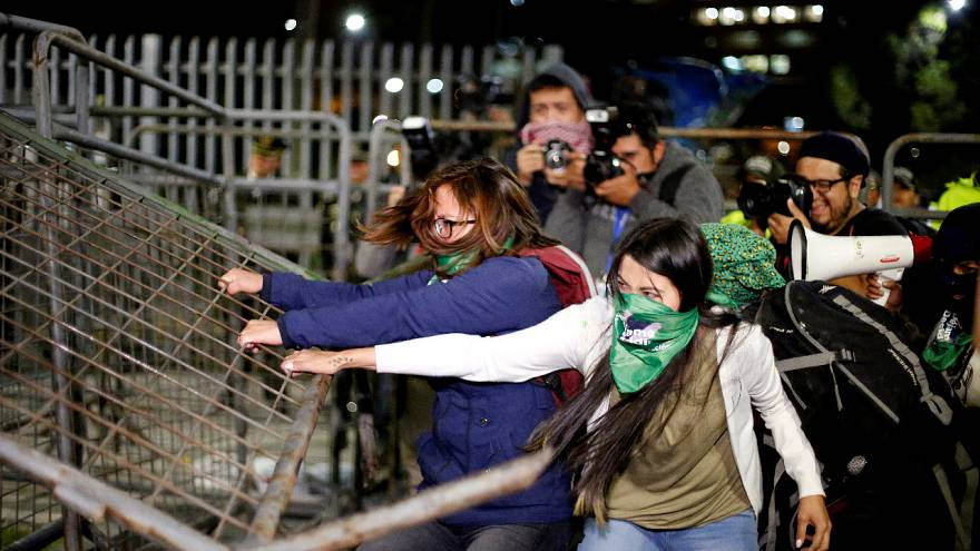 درگیری معترضان موافق سقط جنین با پلیس اکوادور
