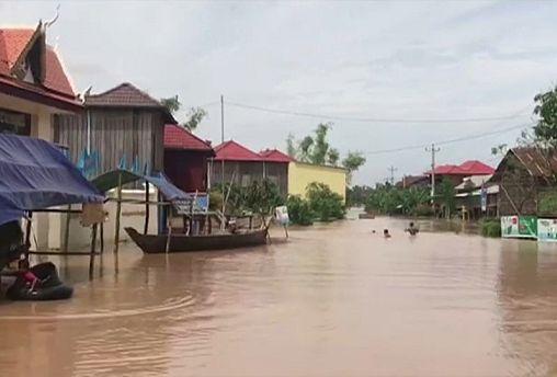 Камбоджийцы покидают дома на лодках
