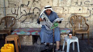 Un homme palestinien lit le journal après les élections en Israël