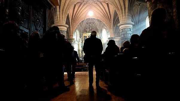 الشرطة الأمريكية تحقق في شكوى اعتداء بالضرب على مصلٍ مثليّ داخل كنيسة