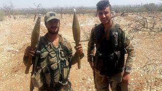 جندي من الجيش السوري يحمل أسلحة في ريف إدلب، سوريا  في 22 أغسطس 2019
