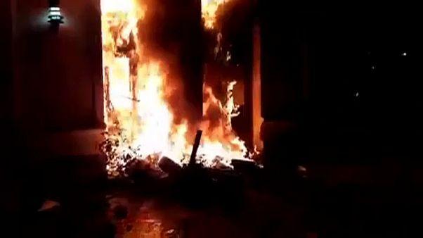 آرژانتین؛ معترضان خشمگین ساختمان دولتی در شهر راوسون را به آتش کشیدند