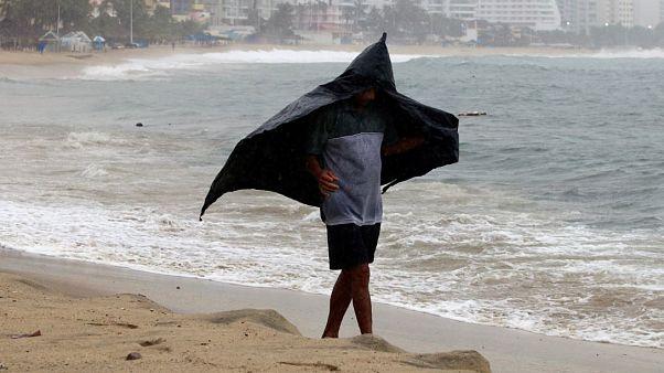 Lorena se transforma en huracán frente a costas mexicanas de Colima