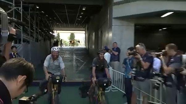 Ron e James fanno il loro ingresso trionfale nello stadio di Tokyo: ad attenderli, fotografi e cameramen!