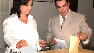 الرئيس التونسي السابق زين العابدين بن علي وعقيلته ليلى في الانتخابات الرئاسية 2004 (أرشيف)