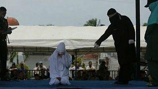 بتهمة العناق في الأماكن العامة ... جلد ثلاثة أزواج في أندونيسيا