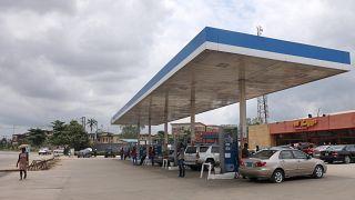 سيارات في محطة وقود في لاغوس في نيجيريا