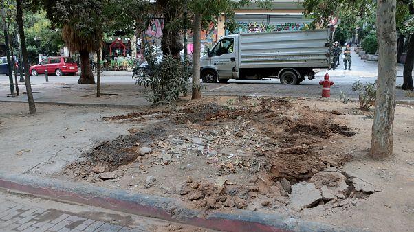 Συνεργεία του δήμου της Αθήνας καθαρίζουν την Πλατεία Εξαρχείων