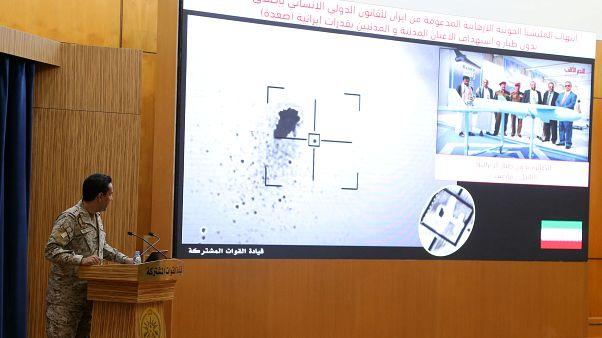 الناطق الرسمي باسم التحالف الذي تقوده السعودية في اليمن، العقيد تركي المالك، يعرض على الشاشة صورة قمر صناعي تظهر غارة بطائرة بدون طيار خلال مؤتمر صحفي بالرياض
