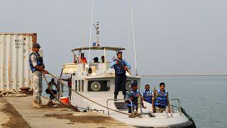 خفر السواحل اليمنيون في زورق ينقل أعضاء من الحوثي لحضور اجتماع حول السلام تقوده الأمم المتحدة ويُعقد على متن سفينة مستأجرة للأمم المتحدة قبالة الحديدة