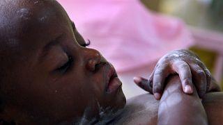 HIV-fertőzött csecsemő alszik az ugandai főváros, Kampala egyik kórházában 2007. november 26-án