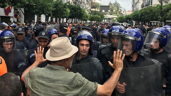 متظاهر جزائري يواجه ضباط الشرطة خلال مظاهرة في الجزائر العاصمة، الجزائر، 13 سبتمبر 2019