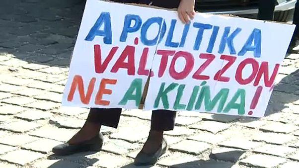 Klímavészhelyzet kihirdetését követelték az Áderhez vonuló ellenzéki politikusok