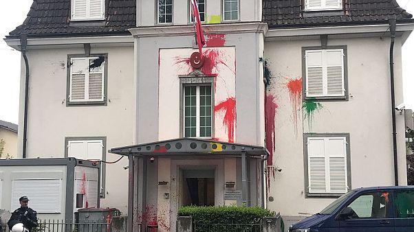 """Türkiye'nin Zürih Başkonsolosluğu önüne gelen yüzleri kar maskeli kişiler otobüs durağı ve binaya kırmızı boyalarla """"Kill Erdogan (Erdoğan'ı öldürün)"""" yazmıştı"""