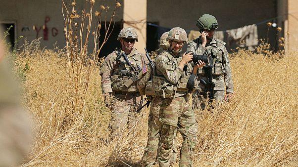 سربازان ترکیه و ایالات متحده در جریان گشتزنی در مکانی که پیشتر در اختیار «ی پ گ» بوده است، ایستادهاند