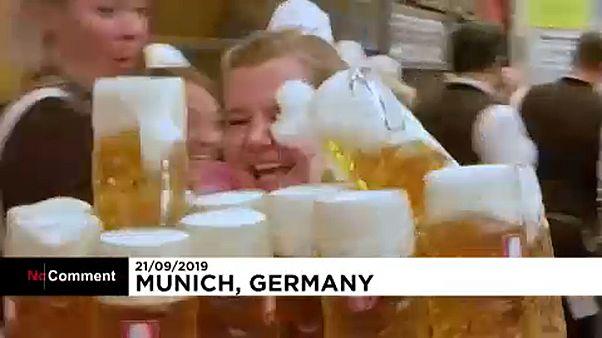 A pincérek arcába is jut a sörből az Oktoberfesten