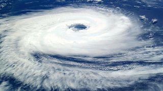 إعصار قوي يضرب جنوب اليابان ويتسبب بانقطاع التيار الكهربائي