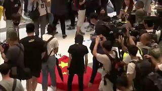 Megtaposták és a kukába dobták a kínai zászlót a hongkongi tüntetők