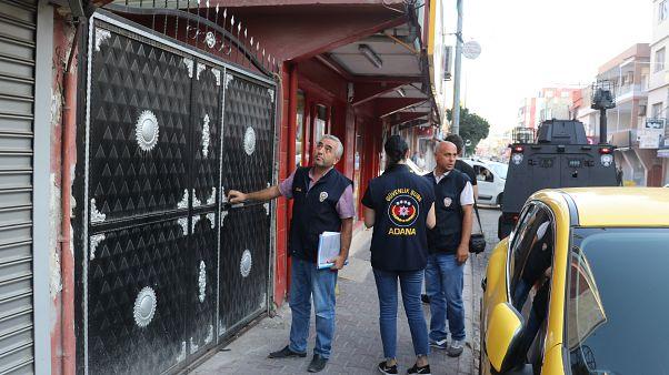 Adana'da bir erkek çocuğun cinsel istismara uğradığı iddiasının ardından olayı provoke ettiği ileri sürülen 138 şüpheli yakalandı.