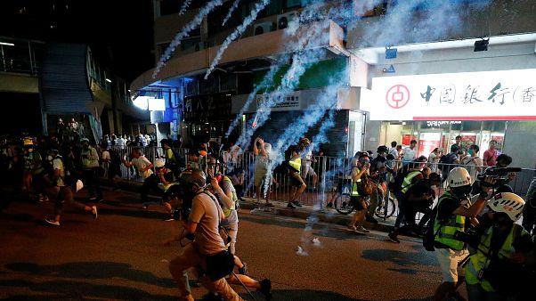 Video: Hong Kong'da kan aktı, protestocular karşıt görüşlülere saldırdı