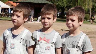 ثلاثة توائم أثناء حضورهم مهرجان للتوائم في بلدة تريكالا في اليونان 22.09.19