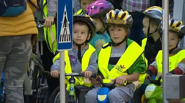 Kisgyerekek bicikliztek a lezárt Andrássy úton