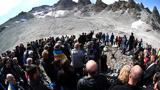Gyászszertartással búcsúztak egy eltűnő gleccsertől Svájcban