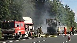 Almanya'da alev alan tur otobüsü tamamen yandı
