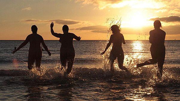 İngiltere'de yüzlerce kişi gece ile gündüzün eşitlendiği Sonbahar Ekinoksu'nu Kuzey Denizi'nin soğuk sularına girerek karşıladı