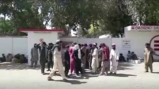 Helmand'da Afgan güvenlik güçlerinin düzenlediği saldırıda hayatını kaybedenlerin ve yaralananların yakınları hastane önünde beklerken