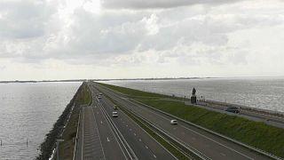 A Frízföldet Észak-Hollandiától elválasztó Afsluitdijk az ország egyik legnagyobb tengeri védőgátja és egyben autópálya
