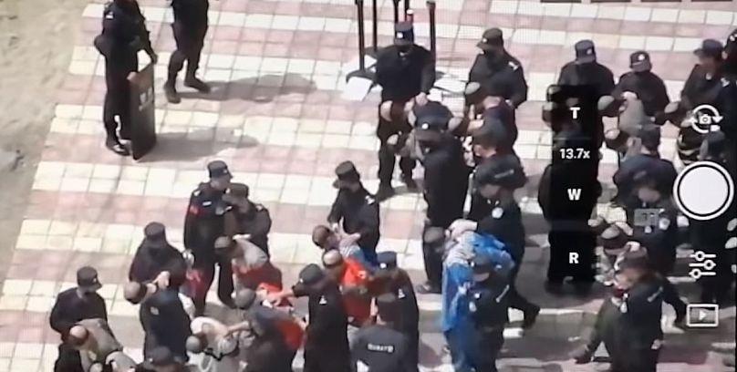808x408_cmsv2_257885f1-07bb-5b8b-ae90-942ee3386988-4176472 Video: Uygurların gözleri bağlı, ayakları zincirli görüntüleri tepki çekti