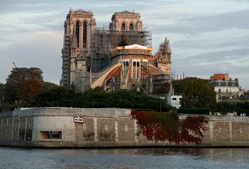 كاتدرائية نوتردام الباريسية عند الفجر