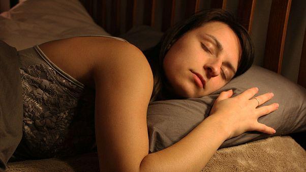 Araştırma: Yeterli ve düzenli uyuyanlar daha az yemek yiyip daha fazla haz alıyor