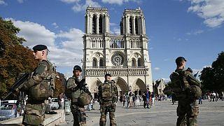 Paris'in tarihi yapılarından Notre Dame Katedrali'ne 2016 Eylül'ünde bombalı araçla saldırı hazırlığındayken yakalanan beş kadının yargılanmasına başlandı.