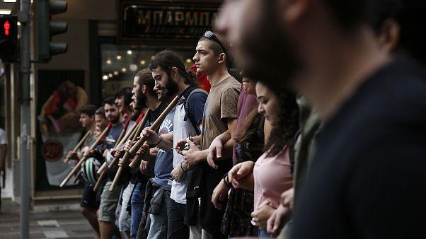 Διαδηλωτές κρατούν πανό κατά τη διάρκεια πορείας διαμαρτυρίας της ΑΔΕΔΥ και του ΕΚΑ