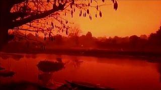شاهد: سماء إندونيسيا تتحول إلى اللون الأحمر