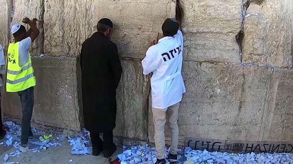 Из Стены Плача в Иерусалиме извлекли записки