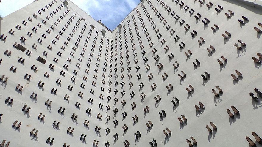 440 ζευγάρια γόβες στην πρόσοψη κτηρίου