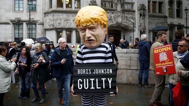 محتجون يقفون أمام مبنى البرلمان البريطاني في لندن إثر قرار رئيس الوزراء بوريس جونسون تعليق أعمال البرلمان 2019/09/24. هنري نيكولز - رويترز